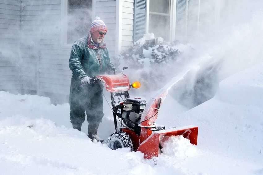 Снегоуборочная техника для дачи: рабочие характеристики машин и критерии выбора при покупке