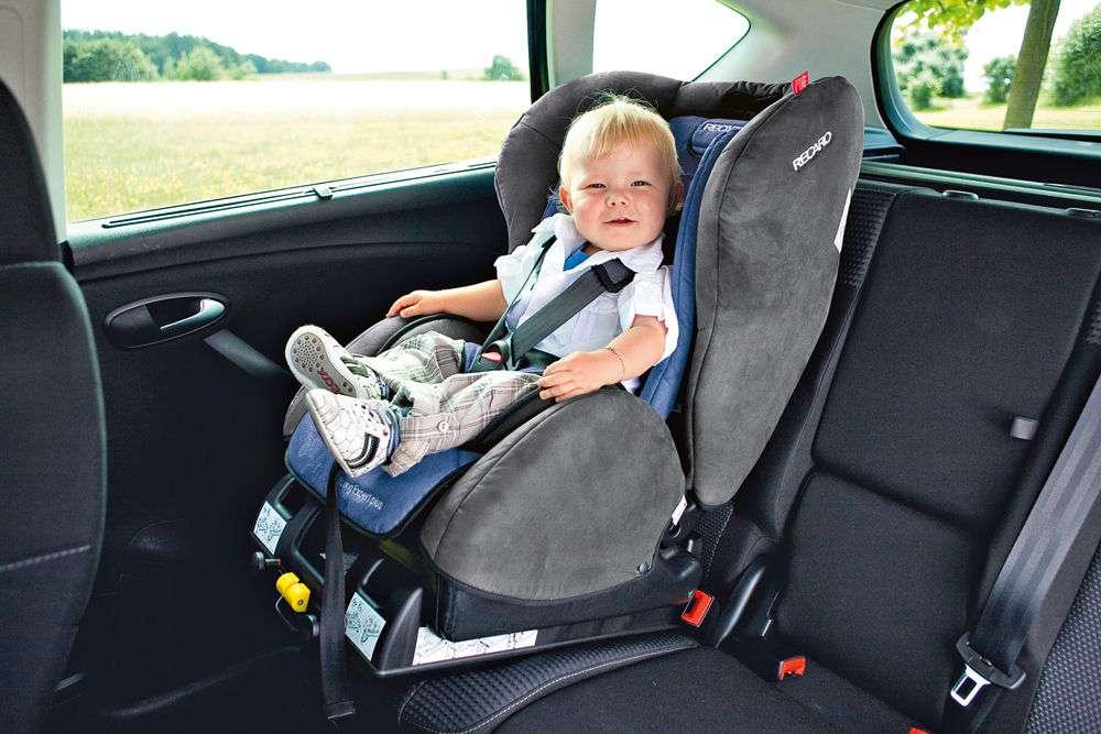 Как крепить детское автокресло в машине ремнями?