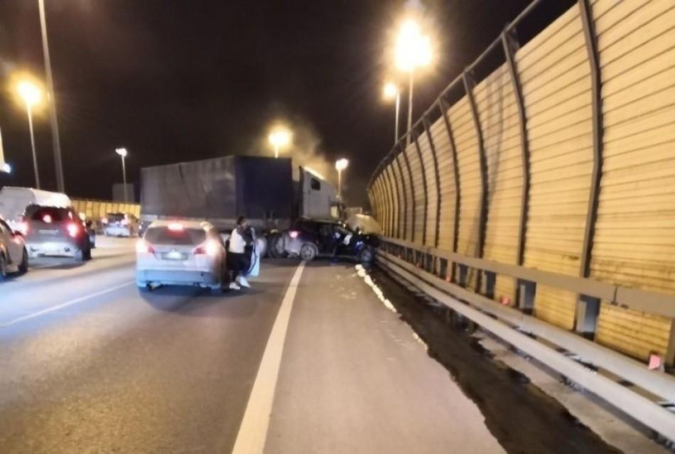 ДТП на КАД: фура протаранила машины на встречке